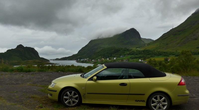 Verde em verde, um Saab em Lofoten, perto de Unstad