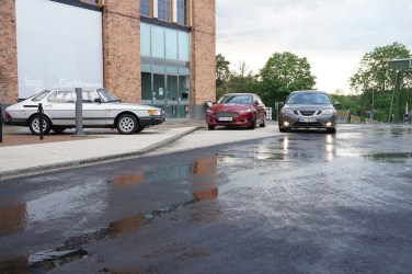 Frente al museo Saab