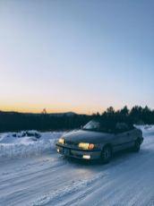 Josh dirige seu Saab durante o inverno nos EUA.
