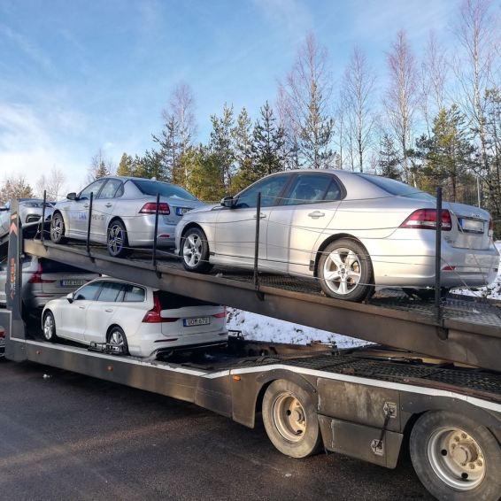 Transporter mit Wintertest Fahrzeugen fotografiert in Sundsvall.