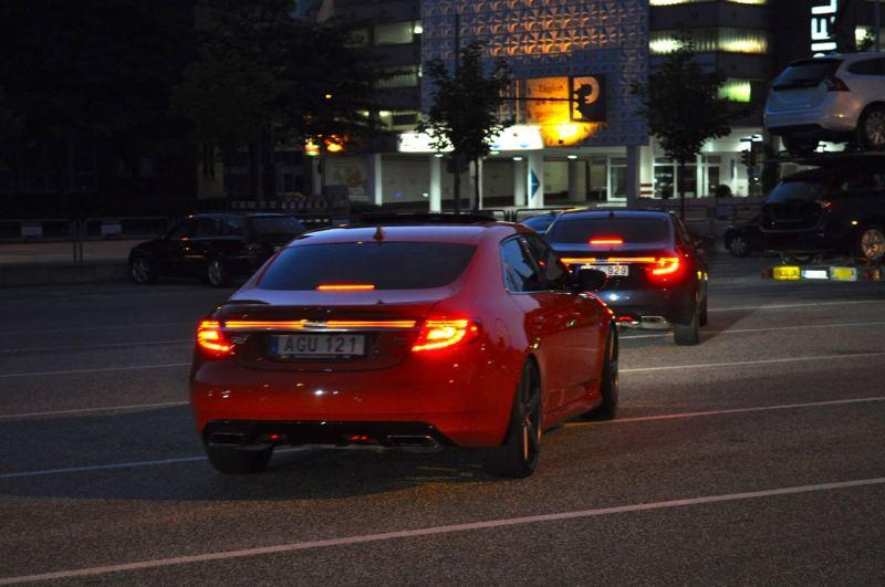 Barre lumineuse sur la Saab 9-5 NG. Un bel exemple de l'internationalisation complexe de l'industrie automobile