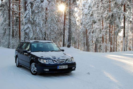 Na solidão das florestas finlandesas. O Saab de Tomi.