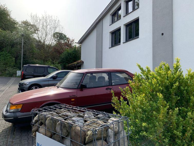 De manhã cedo no estacionamento da empresa. Quanto tempo você pode ficar no escritório?