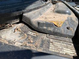 Así es como se ve un compartimento del motor después de años en el establo