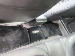 Fin detalj: Saab-bokstäver på en dörrmatta