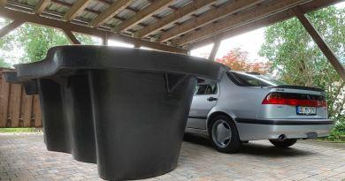 Er staat geen UFO naast de Saab 9000. Een tuinvijver uit Polen.