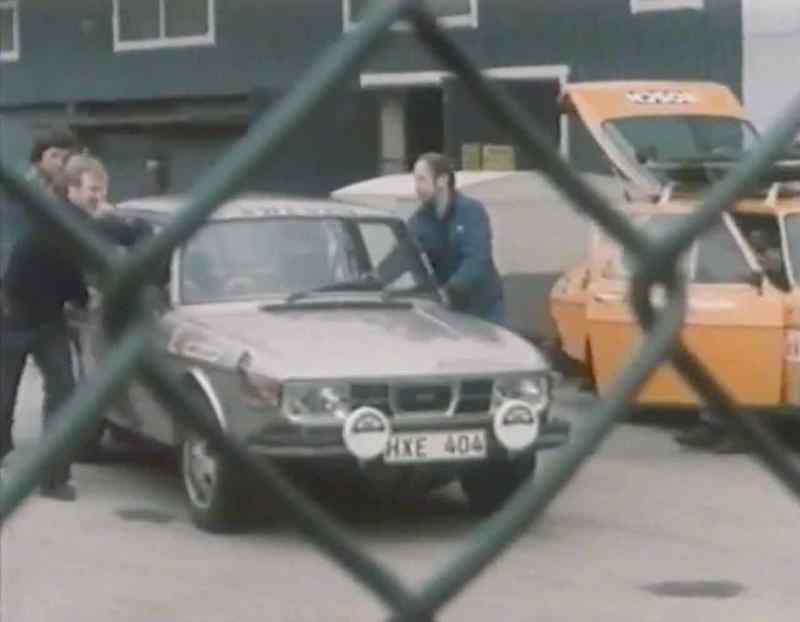 Geheim! Die Rally Abteilung schiebt einen Saab 99 EMS aus der Halle!