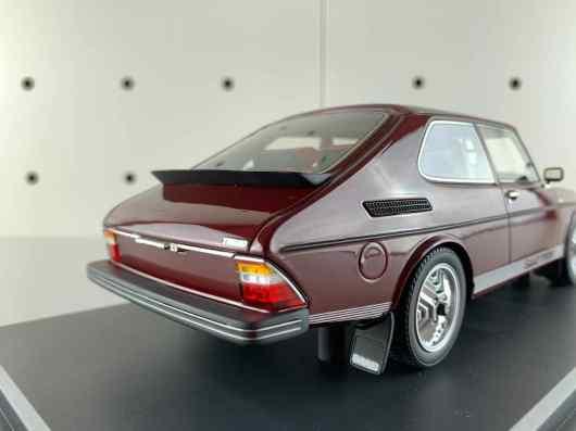 Vista posteriore: il paraspruzzi con la scritta Saab è appeso in filigrana