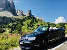 Saab Cabriolet dans un paysage de montagne - tout simplement merveilleux