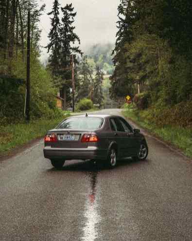 Largeur américaine et une Saab