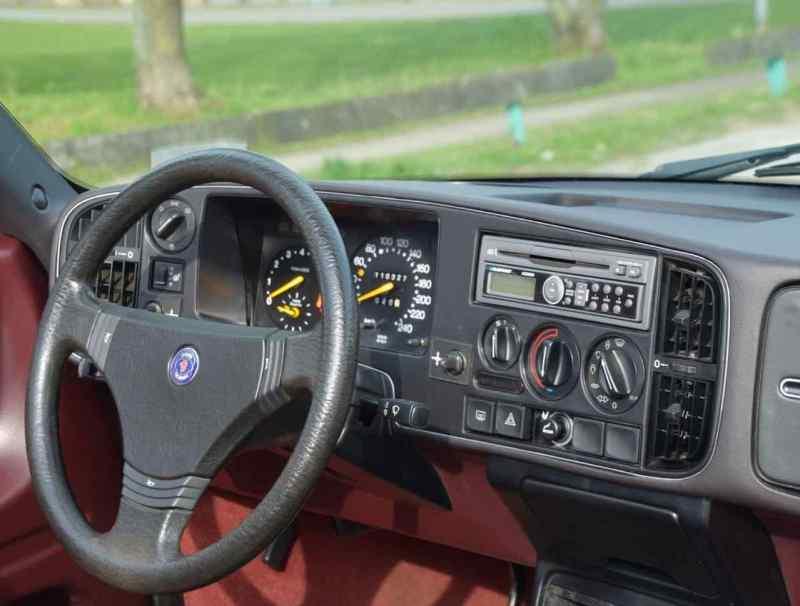 Zeitlos schön und ergonomisch ist auch das Cockpit des Saab