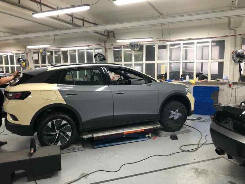 L'auto elettrica ID 4 è avvolta come un taxi