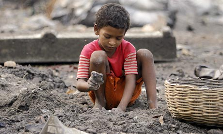 An-Indian-boy-breaks-coal-006