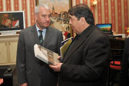 Buch übergabe Löbl an Minister