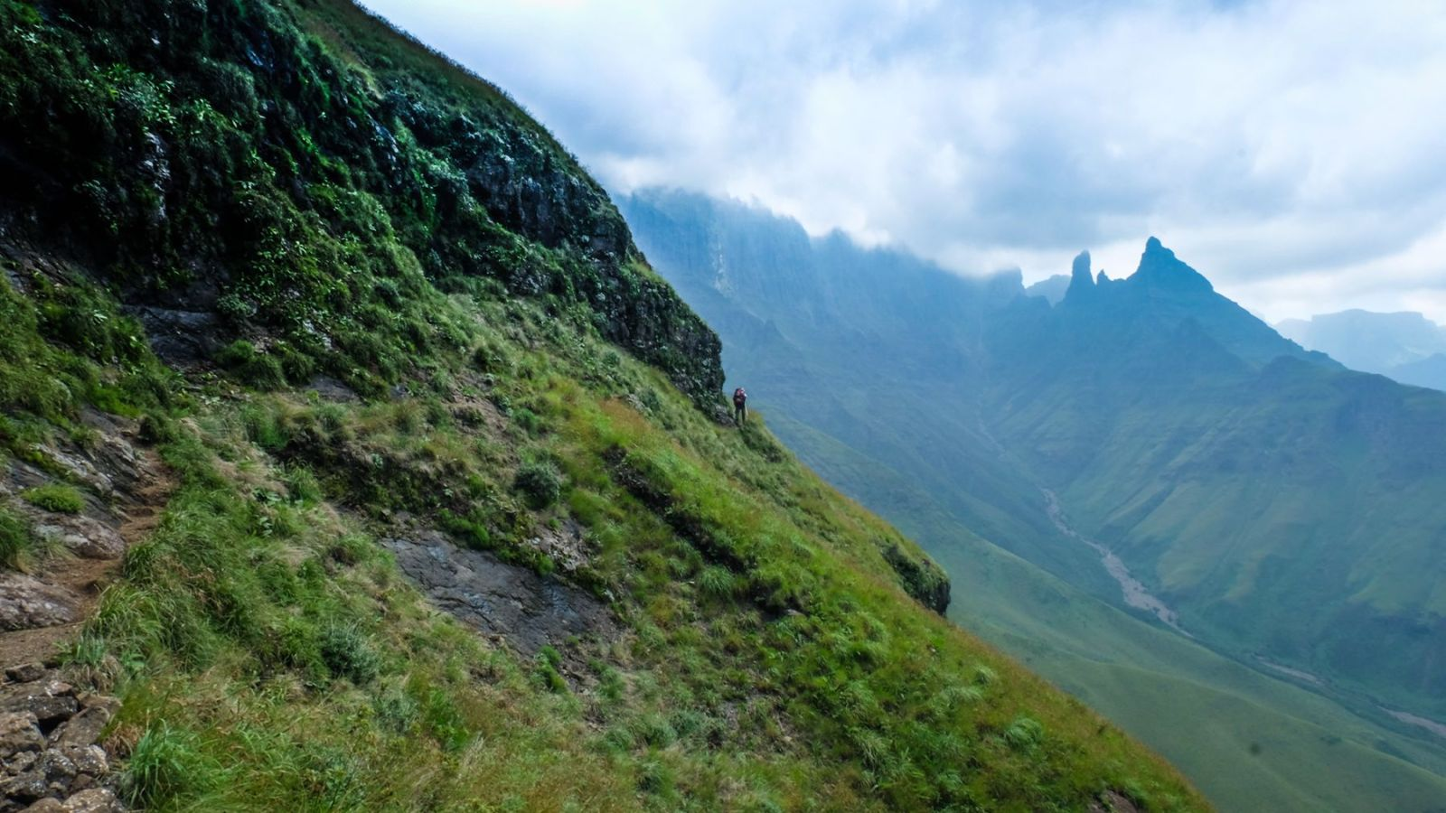 photo from the trail in the drakensberg mountains showing the mountains covered in clouds