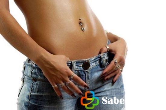 Mujer con piercing en el ombligo