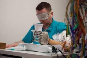 Tras unos primeros prototipos iniciales, los científicos mejoraron la prótesis con unos sensores que detectan información sobre el tacto. / Patrizia Tocci