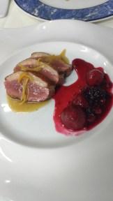 Peito de pato com molho cítrico e frutas vermelhas / Magret de pato con salsa bigarrada y frutos rojos