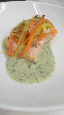 Salmão no papilote com verduras e molho de manjericão / Salmón en papillot con verduras y salsa de albahaca