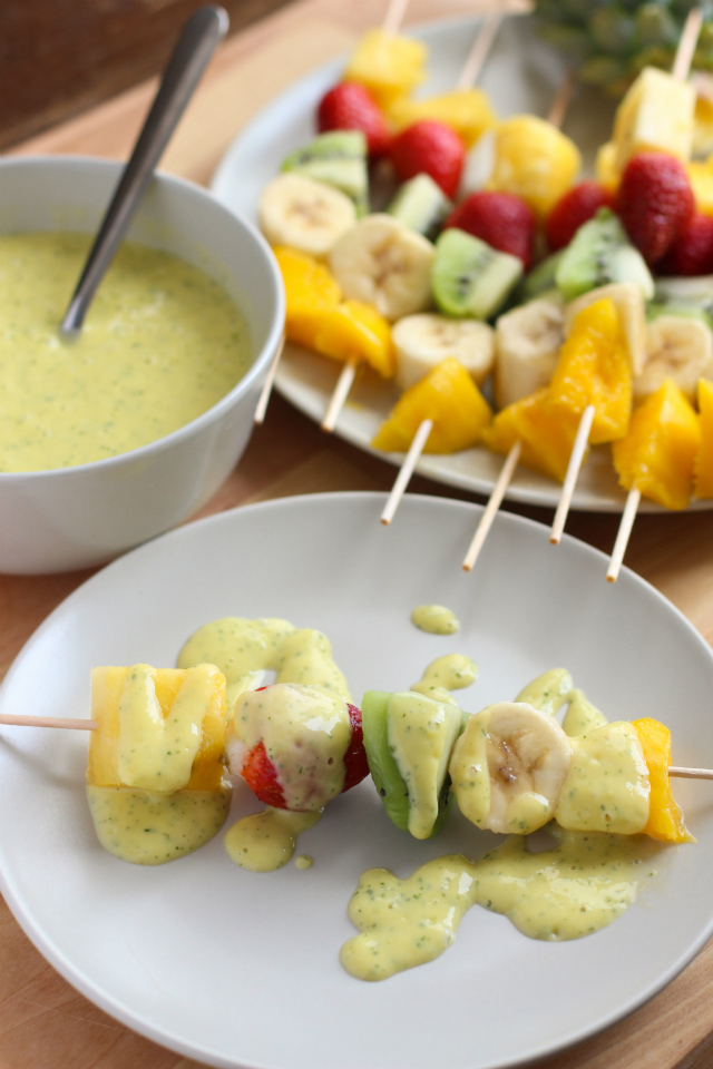 brochetas-de-frutas-salsa-mango-yogurt-full