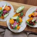 Tacos multicolor: con chorizo, calabaza asada y palta (aguacate)