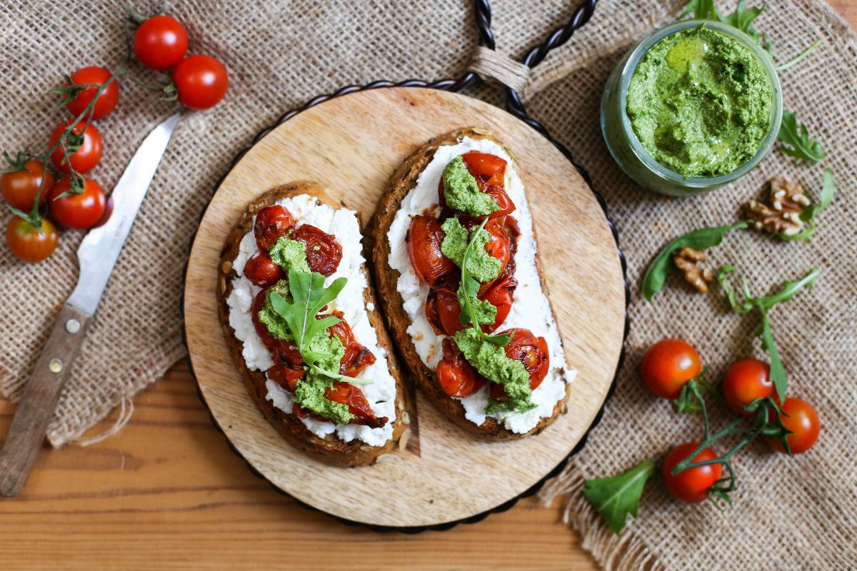 Tostadas con ricotta, tomates cherry al balsámico y pesto de ...