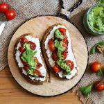 Tostadas con ricotta, tomates cherry al balsámico y pesto de rúcula
