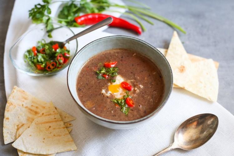 Sopa Negra con huevo pochado y tortillas crujientes