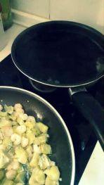 Calentar el agua y vino y cocinar en sartén