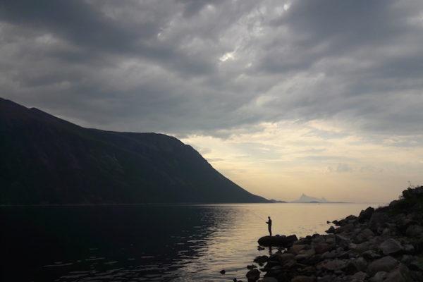 Lovund verliessen wir heute mit schweren Herzen. Als kleine Aufmunterung gönnten wir uns noch die Überfahrt zur Inselkette Træna, bevor wir mit der Fähre wieder Richtung Festland fuhren. Pünktlich um 19.00 Uhr wurde nach einer 'Zwangspause' wieder die Rute ausgeworfen –bis ein Gewitter uns weiterziehen liess bis nach Hilstad im Helgeland.