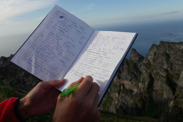 Auf dem Berg Røyken erfüllten wir die Gipfelbuch-Pflicht und genossen anschliessend die wunderbare Aussicht auf den langen und weissen Bleik-Strand auf der Insel Andøya (nördlichste Insel der Vesterålen).