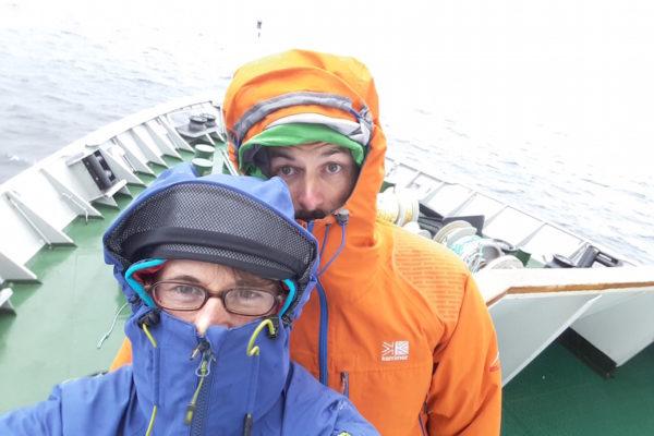 Nach 3 Tagen mehrheitlich Sonnenschein freuten wir uns schon fast ein wenig auf den angekündigten Mini-Sturm. Die grossen Wellen blieben zwar aus, aber Spass hatten wir trotzdem im Wind und Regen draussen auf dem Bug der MS Richard With.