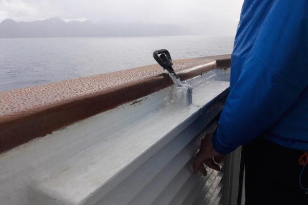 Schon wieder ein Tag ohne wirklich viel Sonnenschein auf der MS Nordlys. Doch schlechtes Wetter kennt man ja in Norwegen nicht wirklich und so steht man auch beim hohen Wellen, Wind und Regen vorne und wärmt wenigstens die durchfrorenen Händchen an der warmen Lüftung.