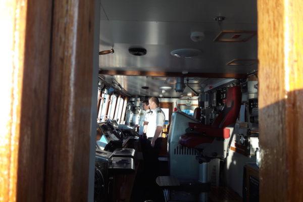 Die MS Lofoten ist das mit Abstand älteste Schiff der Hurtigruten-Flotte, welches noch in Betrieb ist. Seit 1964 fährt sie schon verlässlich die Norwegische Küste hoch und runter. Ein wahres nautisches Highlight also und die Atmosphäre an Board ist sehr persönlich –so konnten wir fasziniert dem Kapitän beim Manövrieren zuschauen um 19.00 Uhr. Und um halb 4 Uhr morgens standen wir bereits wieder neben der Brücke –dem Nordlicht-Alarm sei Dank!
