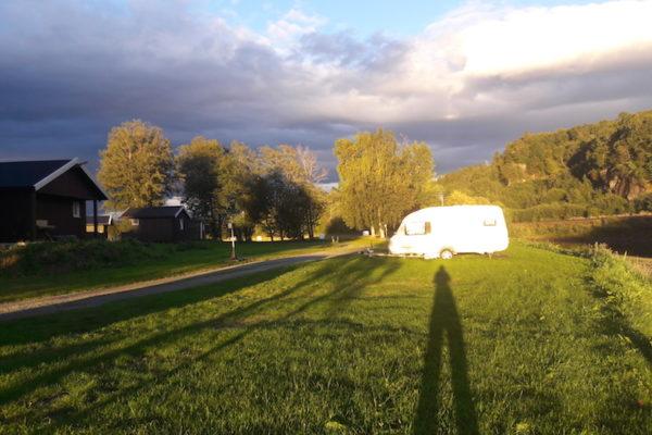 Dunkle Wolken und Sonnenschein liegen manchmal wortwörtlich sehr nahe beisammen. Bis kurz vor 19.00 Uhr hatten wir immer wieder Regen und starker Wind; und die Stimmung zusätzlich aufgrund fehlender Bewegung, ausbleibendem Fisch- und Pilzglück eher gedämpft. Deshalb war die Ankunft auf dem Camping Ersgård in der Nähe vom Flughafen Trondheim bei Sonnenschein ein klarer Aufsteller –und unser eher negatives Bild von Trondheim und Umgebung auch ein klein wenig korrigiert.