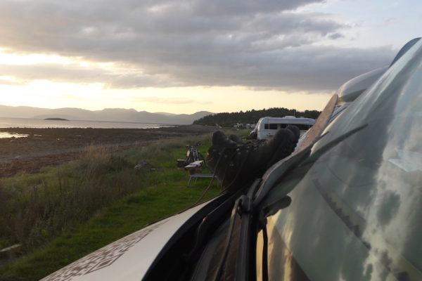 Die Hurtigruten haben wir heute morgen in Trondheim wieder verlassen müssen und verweilen nun auf dem 'Gemüsegarten' Trondheims in Frosta. Dass die Sonne wieder sehr früh untergeht, ist noch gewöhnungsbedürftig. Der Vorteil ist aber, dass die Klokka sju-Bilder nun schon Sonnenuntergangsstimmungen aufzeigen. Hier am Beispiel vom Hauganfjære Camping (die Wanderschuhe auf der Windschutzscheibe sind übrigens einem unfreiwilligem Bad von Migu beim Fischen geschuldet).