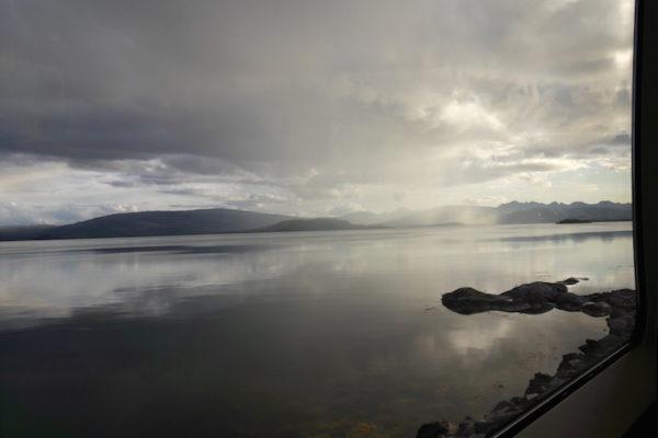 Endlich war es soweit für mich als ganz kleine Bahnliebhaberin: Eine Reise mit dem Zug durch halb Norwegen. Dieses Mal von Bodø nach Trondheim via Mo i Rana, wo wir eine Übernachtung eingelegt haben –leider ohne die erhofften Nordlichter. Meine Erwartungen an die Zugs-Reise wurden jedenfalls vollkommen erfüllt: idyllische Fjorde bei Sonnenuntergang, Notstopp wegen Elchen auf den Gleisen, vielen Rentieren auf der Hochebene bei der Polarkreisüberquerung sind da nur einige Beispiele davon.