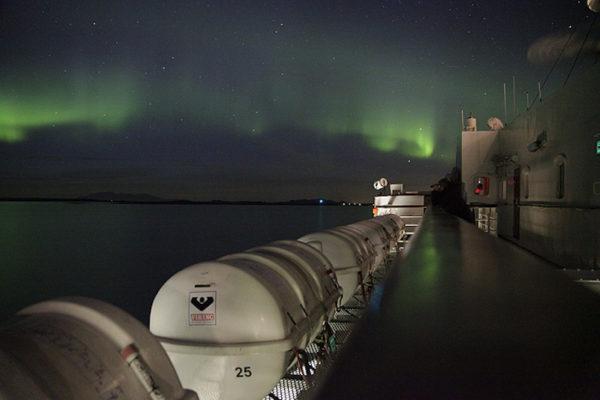 Der Beweis, dass man auch im frühen Herbst und unterhalb des Polarkreis durchaus mal das Glück haben kann, Nordlichter bestaunen zu dürfen. Die Lichter sind einfach immer wieder eindfrücklich und süchtig-machend. Da nimmt man auch in Kauf, halb zu erfrieren und kaum zu schlafen.