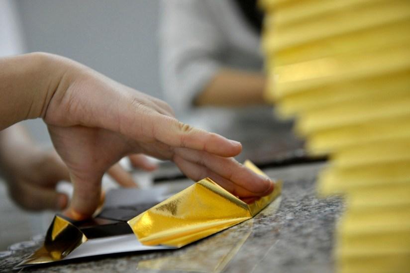 La fabrication est artisanale de A a Z. Meme les emballages sont faits a la main a Saigon, delicatement, selon un pliage bien pense.