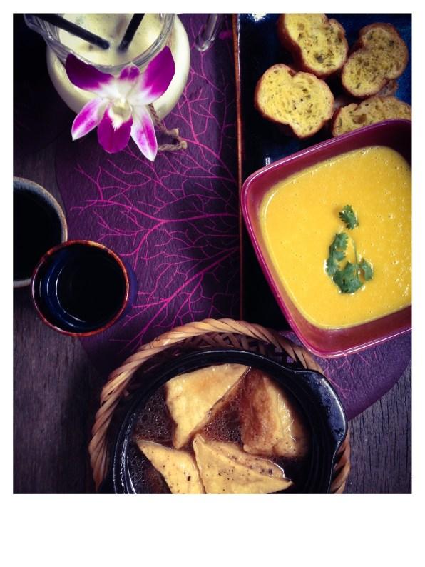 Soupe de potiron aux tranches de pain aillé et tofu frit à l'eau de coco