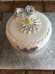 gâteau avec bordure de pinces a grimper