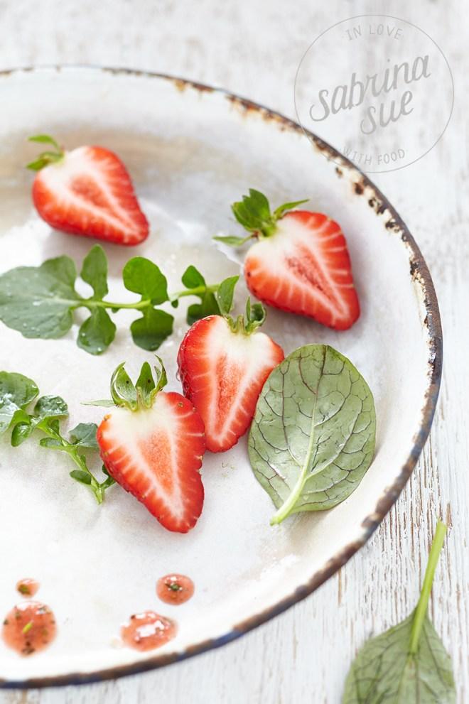 Bärlauch-Feta-Sticks-Erdbeer-Wildkräuter-Salat-Baerlauch