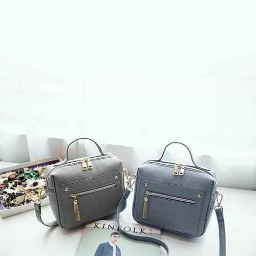 2 petits sacs à main bandoulière en cuir bleu et gris pour femme.