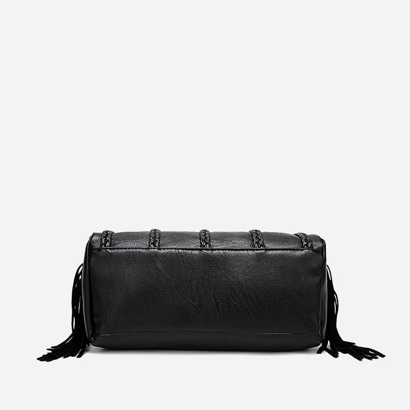 Dessous du sac à main bandoulière en cuir noir clouté et frangé.