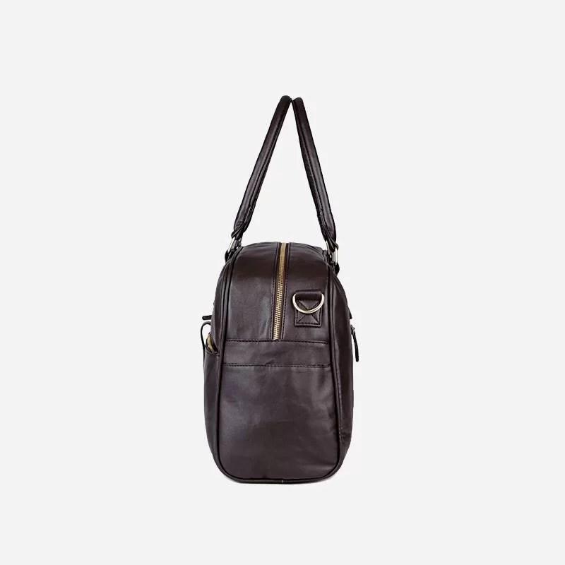 Côté du sac à main de type week-end 24h pour homme. En cuir et de couleur brun.
