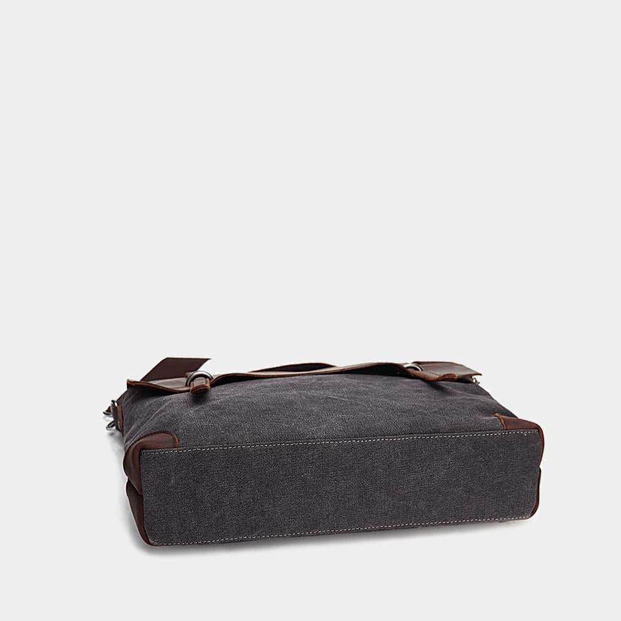 Dessous du sac besace pour homme en cuir et en toile.