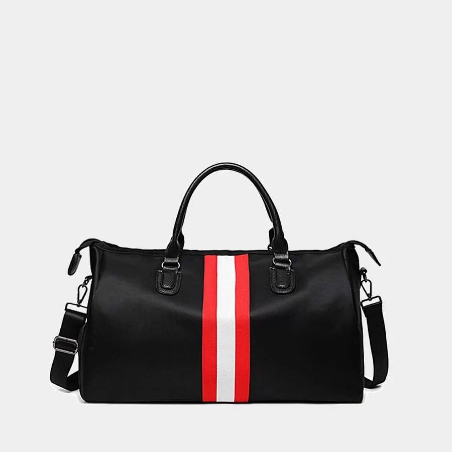 Sac de voyage pour homme noir avec bande rouge faisant également office de sac weekend en fonction de la taille.