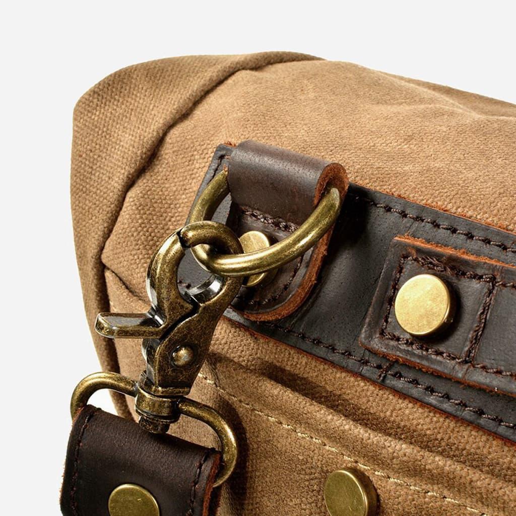 Détail de la bandoulière, de l'anse, de la toile et du cuir brun et marron