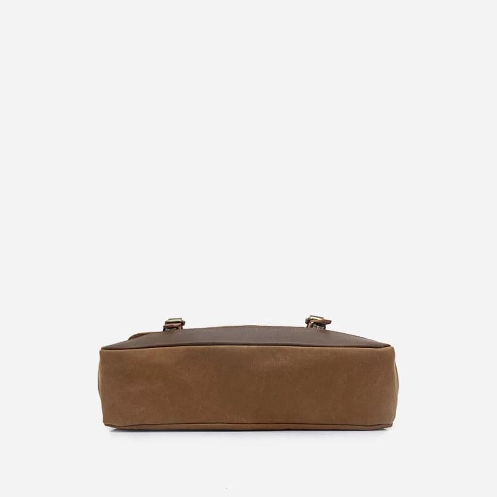 Dessous de la sacoche besace en toile et en cuir.