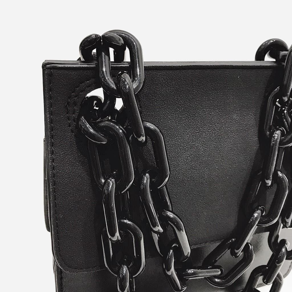 Détail de la grosse chaîne noire en métal.